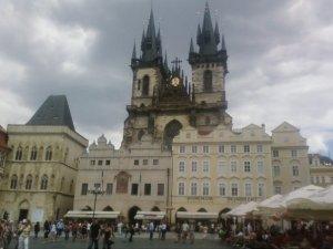 En Praga, ponen los edificios delante de las iglesias