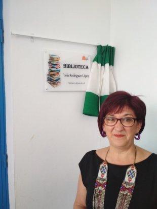 Lola Rodríguez López ante al biblioteca que lleva su nombre.